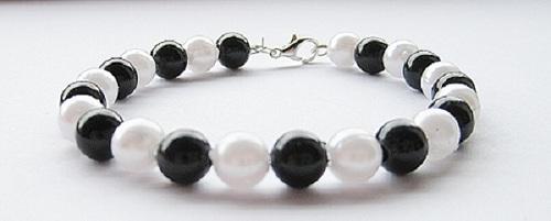 DIY: Perlenarmband schwarz/weiß