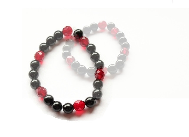 Perlenarmband schwarz/rot