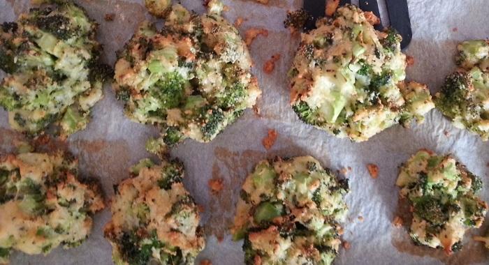 Brokkolitaler mit Käse, Paniermehl und Ei