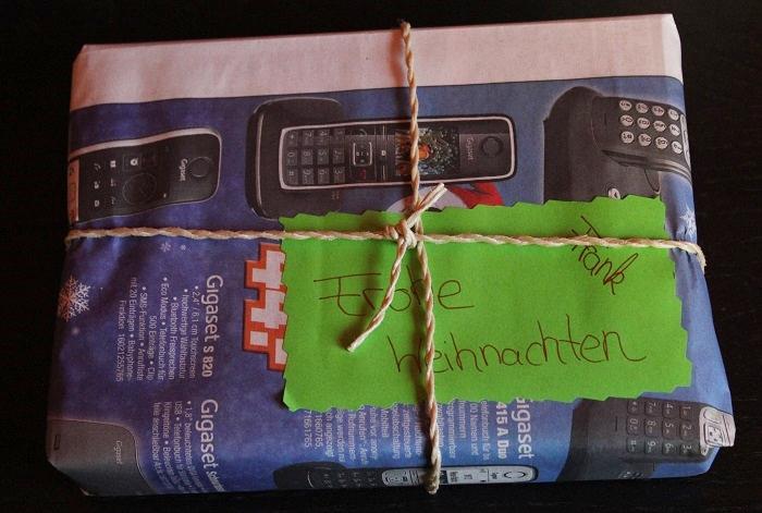 Geschenke mit Zeitungspapier verpacken