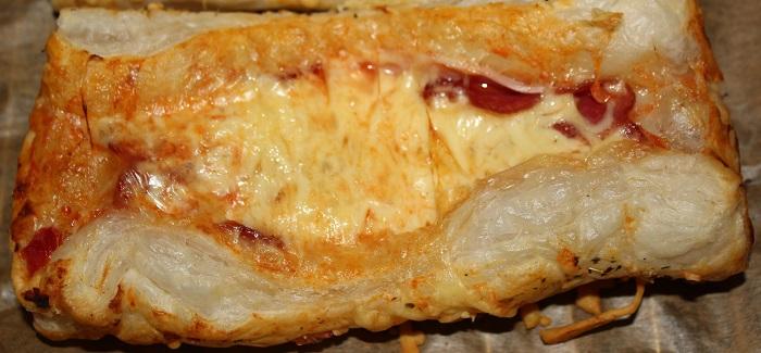 Herzhafter Blätterteig mit Salami/Schinken und Käse