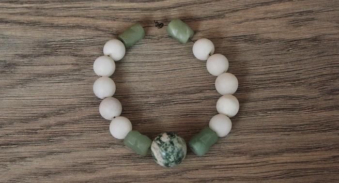 Armband aus Steinen