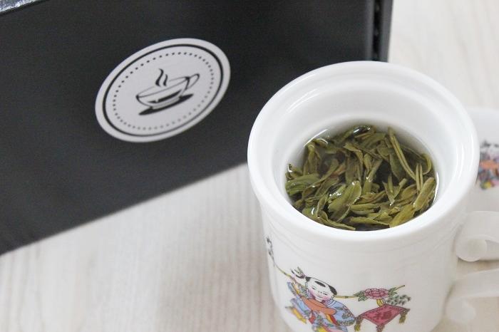 grüner loser Tee - Teetasse mit Sieb
