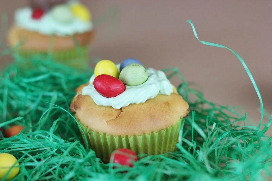 Cupcakes mit Schichtkäsetopping und weißer Schokolade