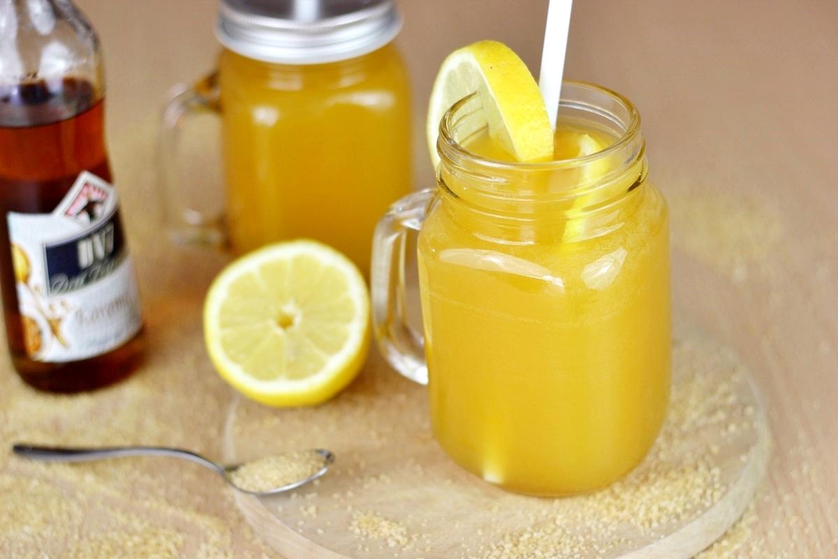 Fruchtiger Cocktail mit Karamell