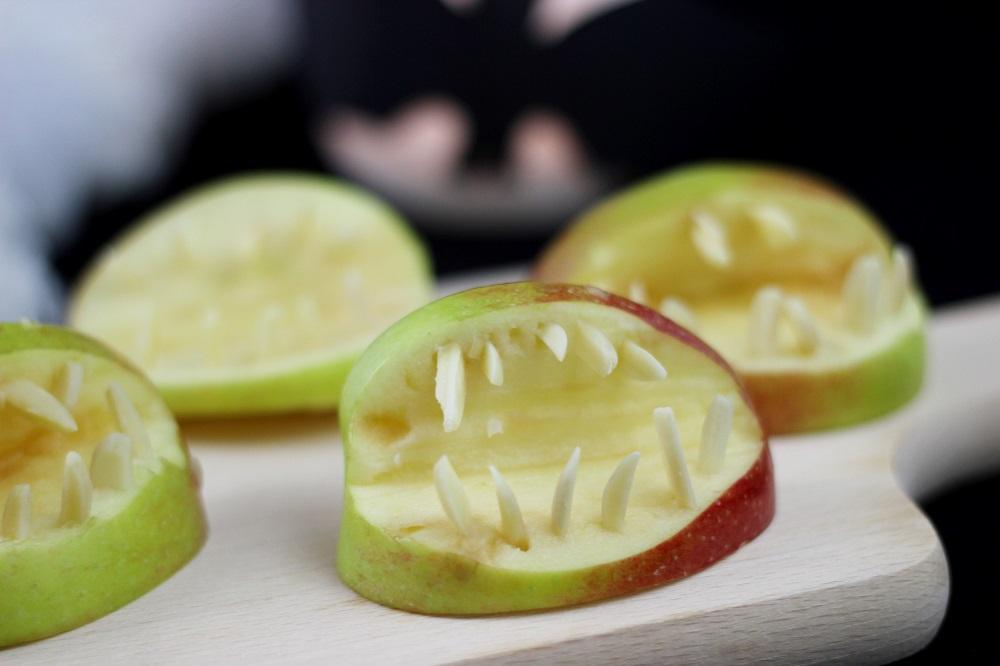 halloweensnacks-gebiss-aus-apfel-und-mandeln