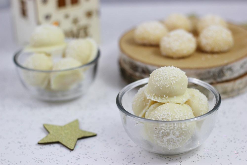 kokospralinen-weihnachtspralinen-schneebaellchen-zum-essen