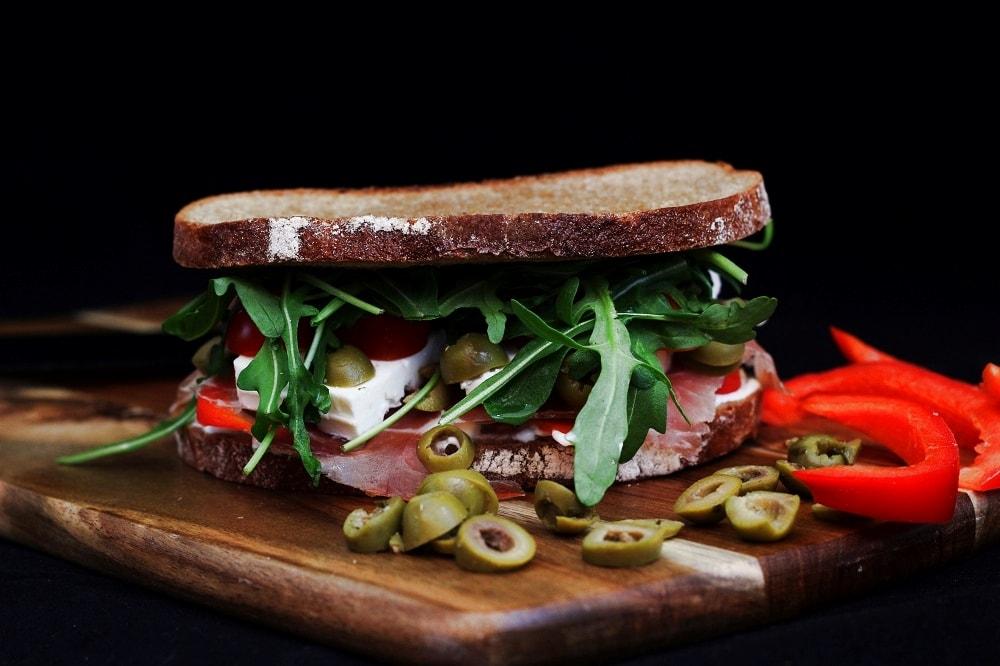 Griechisches Sandwich mit Feta und Oliven
