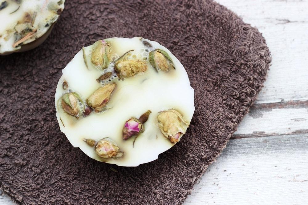 Seife selber machen mit Blüten