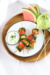 Zucchini-Wassermelonen-Spieße mit Grillkäse