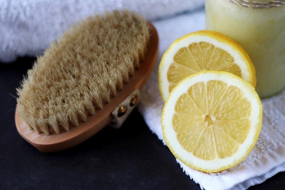 Peeling mit Zucker und Zitrone