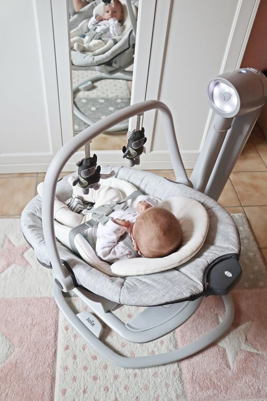 Babyschaukel mit Mobile zur förderung von babys