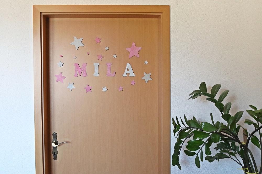 Tür mit Buchstaben dekorieren